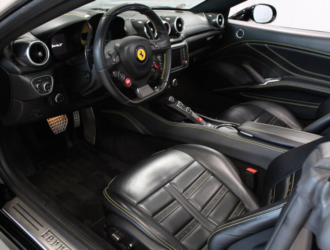 2015 Ferrari  California image _615560c90e6934.83399039.jpg